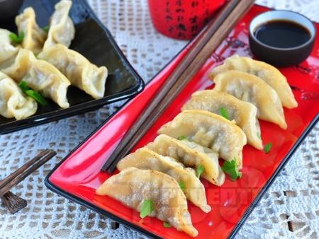 Пържени китайски пелмени със свинска кайма и сос - снимка на рецептата